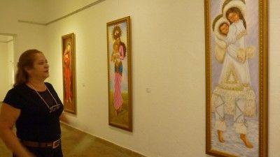 María, la virgen vestida con trajes típicos de diferentes regiones
